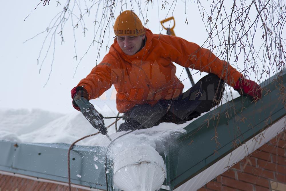 Обслуживание участков зимой, уборка снега с крыш
